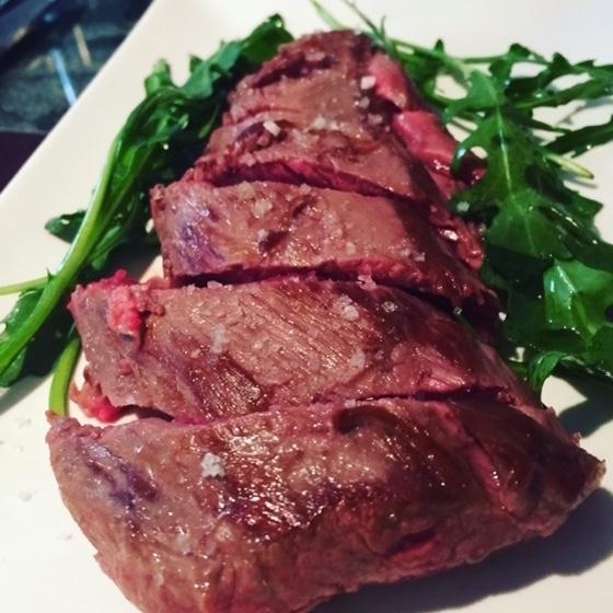 Flat Iron Steak cuit et découpé