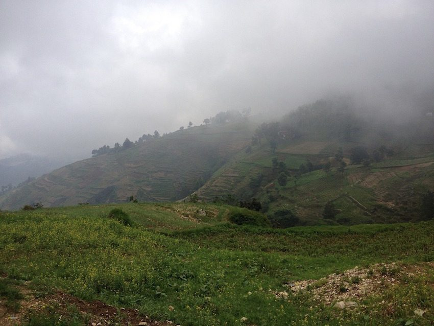 montagnes grisailles temps nuageux